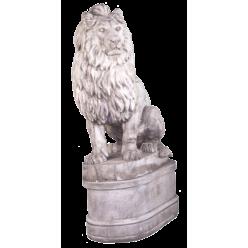 Лев большой, правый на постаменте